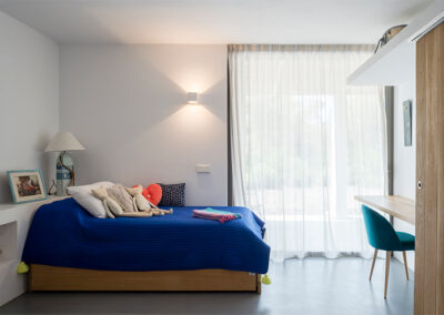 gorgeous bedroom for kids with space