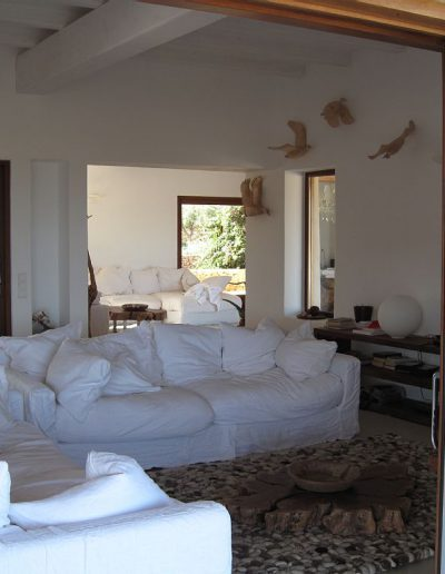 the perfectl room with white sofas and design detail