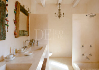 first toilet with shower and bath in the fascinating villa Barbara for rent in formentera